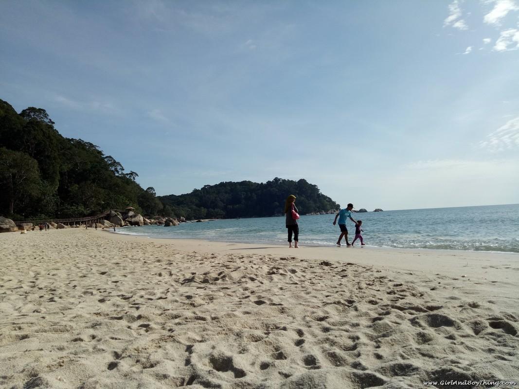 teluk-chempedak-beach-family