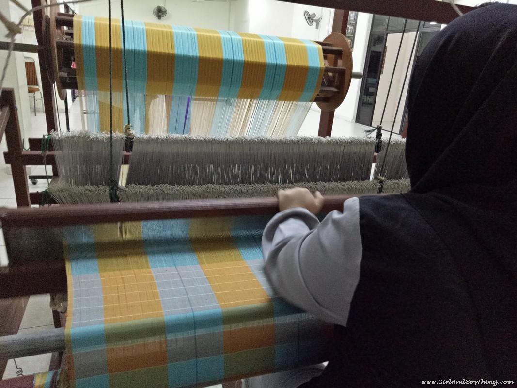tenun-pahang-diraja-weaving-1