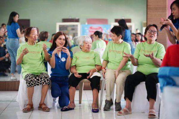 MarNigo Serenades the Elderly During Vivo's Christmas Charity Event